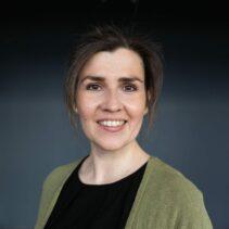 Portrait Anne Strempel vor schwarzem Hintergrund.