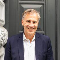 Carsten Neitzel Portraitfotografie vor grauer NDR Media Eingangstür.