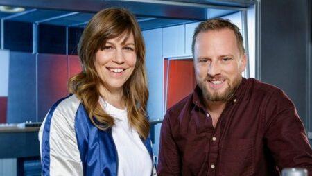 Fotografie Jessica und Müller Sascha Sommer mit Studio im Hintergrund.