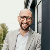Mario Czipull Portraitfotografie auf dem Balkon der NDR Media GmbH.