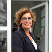 Portraitfotografie Michaela Eißner mit geöffneter Glastür im Hintergrund.
