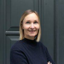 Susanne Görres Portraitfotografie vor grauer NDR Media Eingangstür.