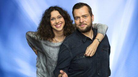Fotografie Elke Wiswedel und Jens Marhold vor hellblauem Hintergrund.