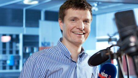 Fotografie Dirk Boege mit Studio NDR 2 im Hintergrund.