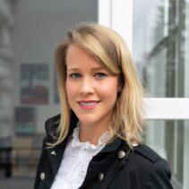 Portrait Hanna Scholz vor geöffneter Glastür.
