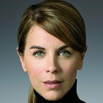 Portrait Karen Heumann vor grau-schwarzem Hintergrund.