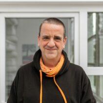 Portrait Matthias Freund vor einer Glastuer.