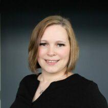 Portrait Stefanie Schwede vor schwarzem Hintergrund.