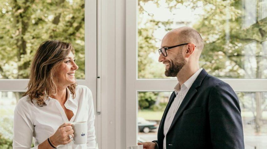 Fotografie Britta Romboy und Mario Czipull mit NDR Kaffeetasse in der Hand.