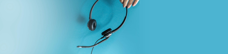 Fotografie eines schwarzen Headsets vor blauem Hintergrund.