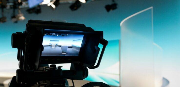 Fotografie einer Kamera mit Blick ins Studio.