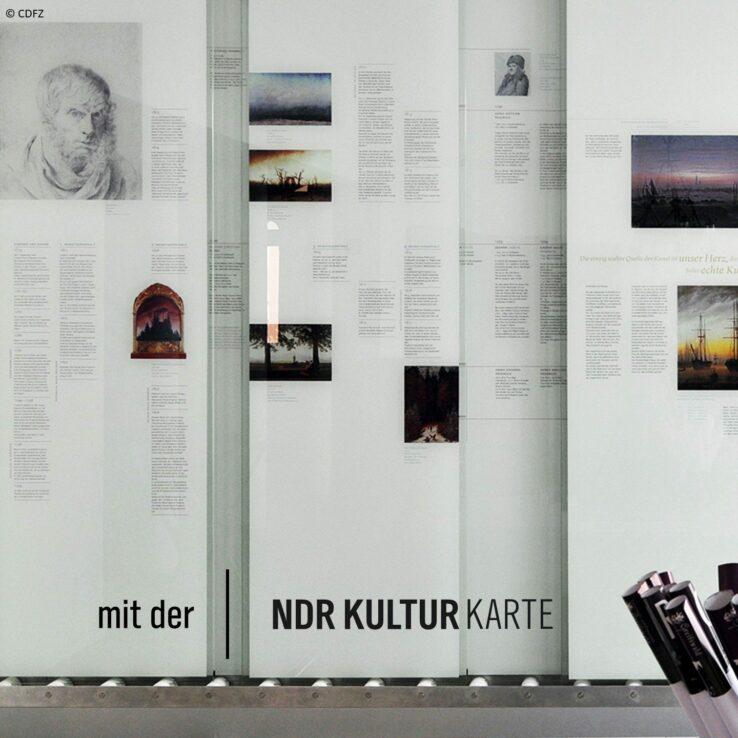 Ausstellungstafeln in einem Museum mit Bildern und Texten zu Caspar David Friedrich