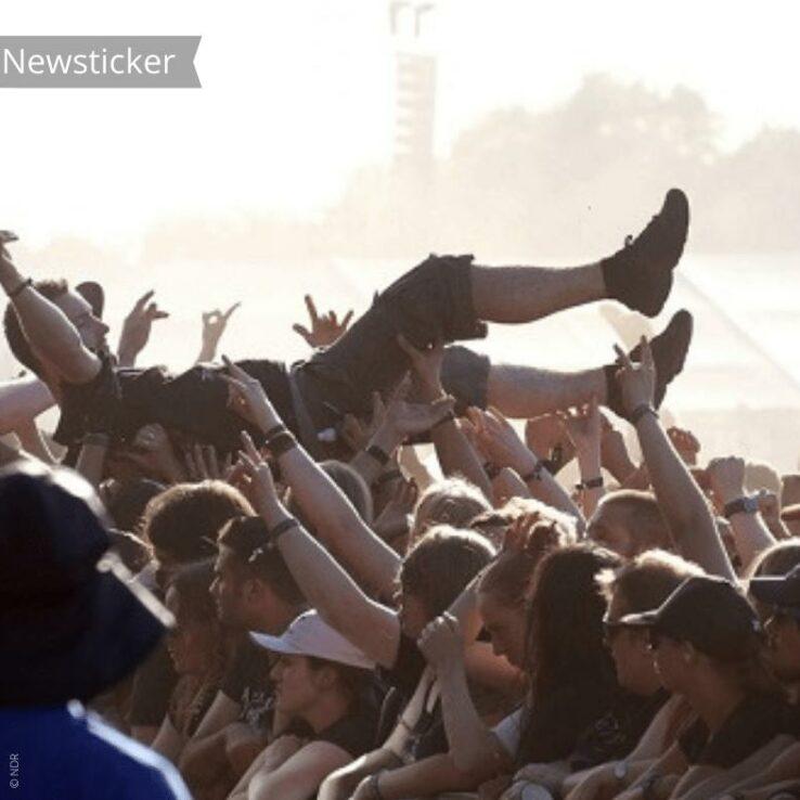 Ein Mann crowdsurfed bei einem Festival.