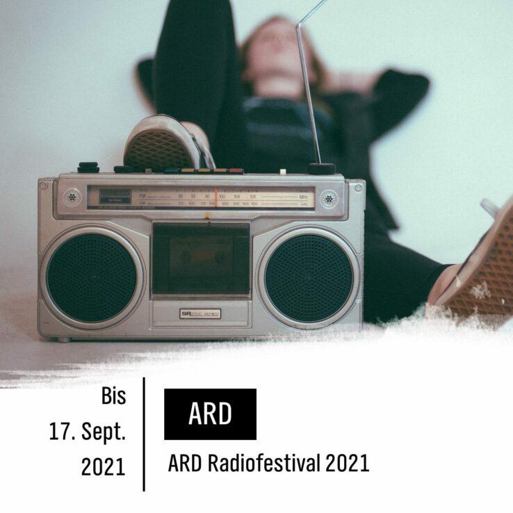Jemand sitzt auf dem Boden an einer Wand gelehnt, ein Fuß ruht auf einem alten Radio. Schrift: ARD Radiofestival 2021