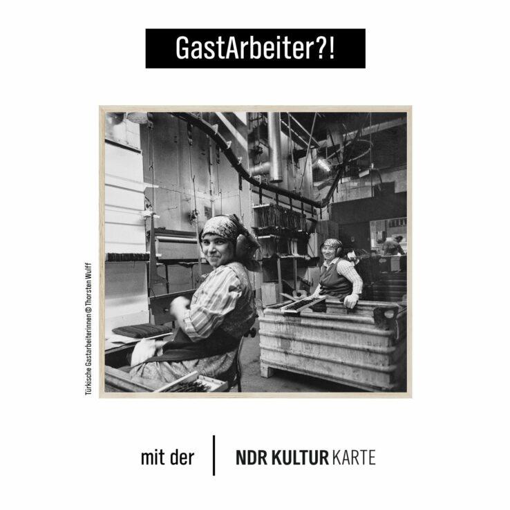 Schwarz-weiß Fotografie von zwei Gastarbeiterinnen in einer Fabrik.