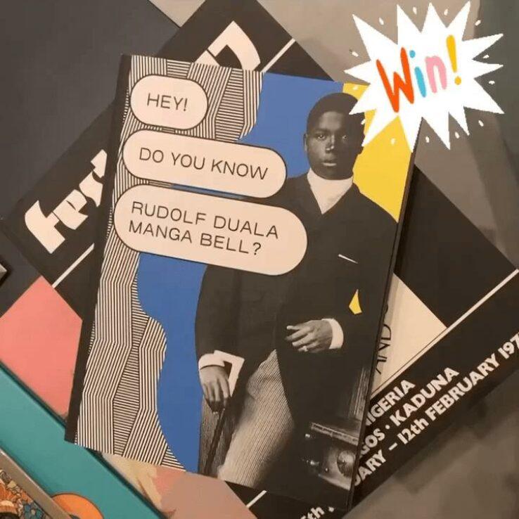 Der Ausstellungskatalog der Duala Manga Bell Ausstellung wird durchgeblättert.