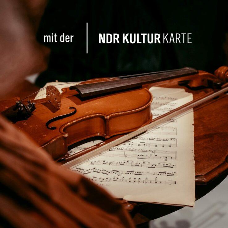 Eine Geige und ein Notenblatt - Symbolbild Festspielfrühling Rügen.