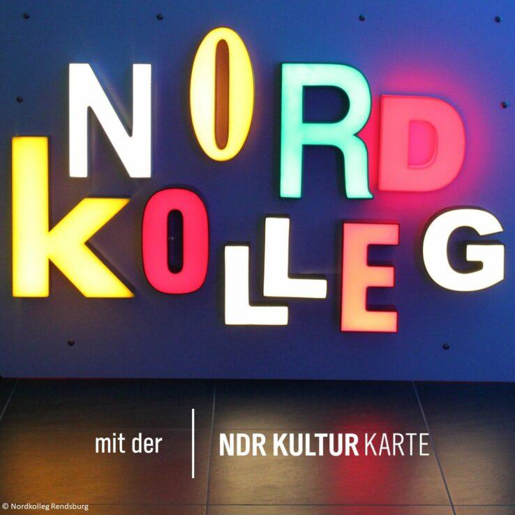 Schriftzug des Nordkolleg Rendsburg in bunten Neonbuchstaben