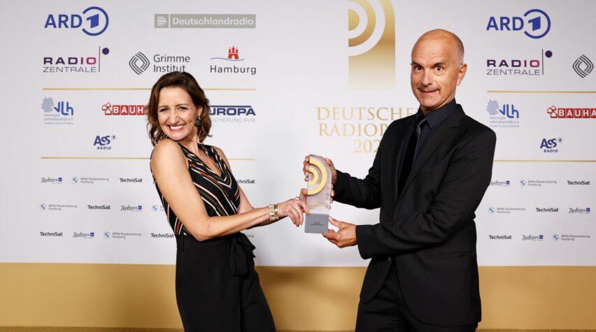 Beste Moderatorin Sümeyra Kaya und Laudator Christoph Maria Herbst mit dem Deutschen Radiopreis.