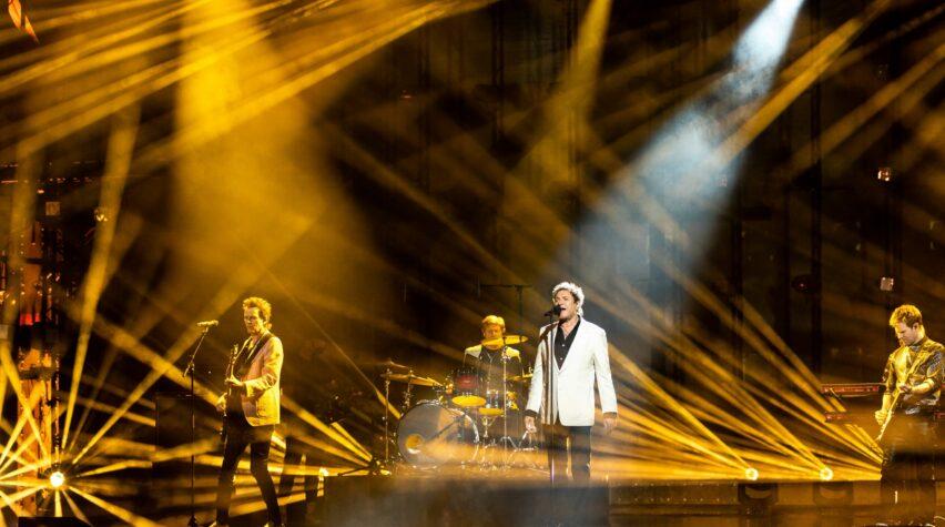 Duran Duran auf der Bühne beim Deutschen Radiopreis in gelbes Licht getaucht.