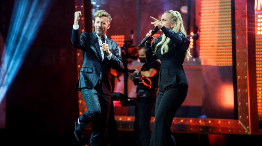 Barbara Schöneberger und Thorsten Schorn tanzen auf der Bühne des Deutschen Radiopreises.