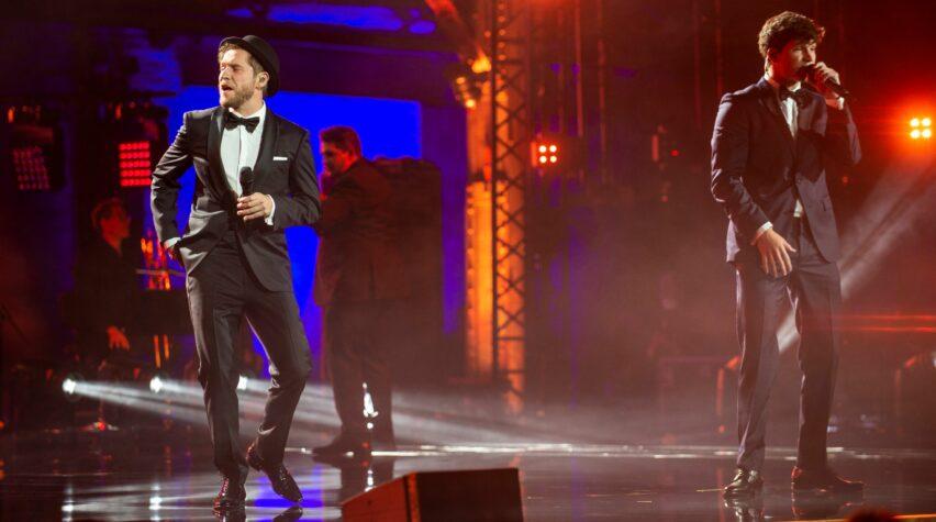 Johannes Oerding und Wincent Weiß tanzen auf der Bühne beim Deutschen Radiopreis..